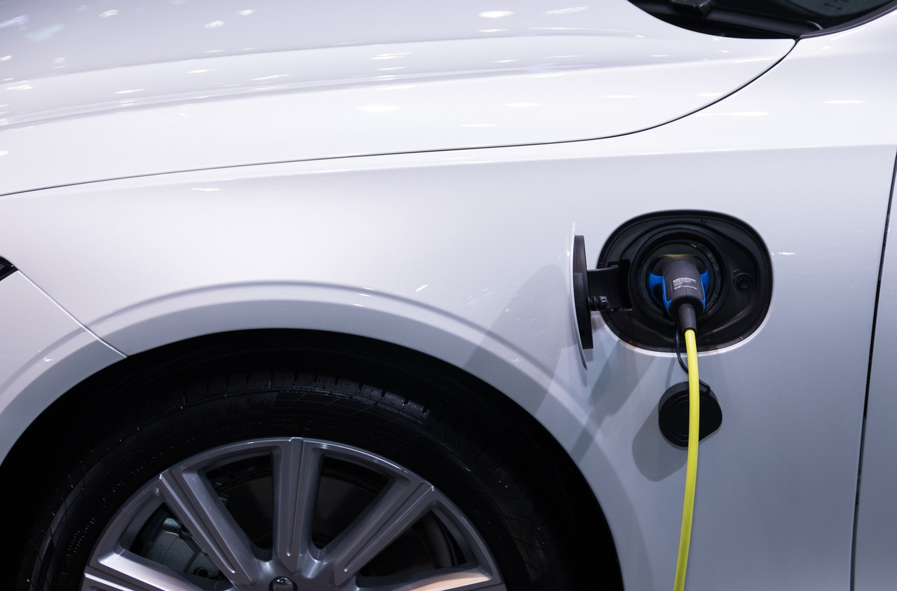 voiture electrique en recharge
